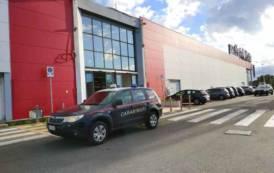 SESTU, Ruba smartphone al centro commerciale: arrestato dipendente