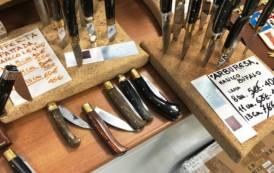GOLFO ARANCI, Pattadesi fabbricate in Pakistan: sequestrati 1.573 coltelli e denunciata titolare sassarese (VIDEO)