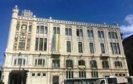 CAGLIARI, Bandiera lgbt sulla facciata del Palazzo comunale contro il congresso sulla famiglia di Verona