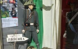 ISTANTANEA, Le vetrine dei negozi di via Alghero a Cagliari per celebrare il 4 novembre