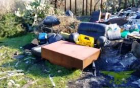 QUARTUCCIU, Realizzava in campagna discarica abusiva e bruciava i rifiuti: un arresto