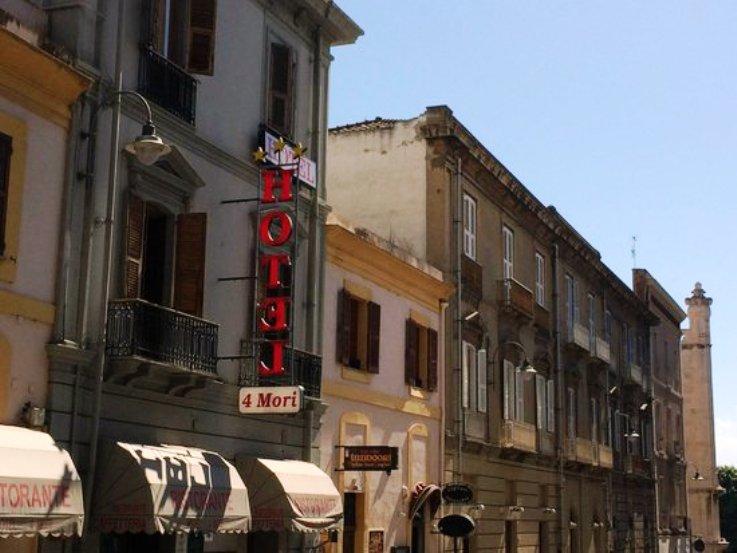 """IMMIGRAZIONE, Chiude il Cara di Elmas, immigrati all'Hotel 4 Mori. Sap: """"A rischio la tutela dei cittadini"""". Fermato uno scafista algerino"""