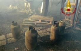 SELARGIUS, Incendio di una struttura in campagna che conteneva sei bombole di Gpl (IMMAGINI)