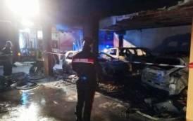 SESTU, In fiamme tre auto all'interno di un cortile condominiale