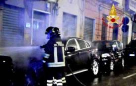 CAGLIARI, Auto in fiamme in via Bacaredda