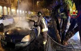 CAGLIARI, In fiamme due auto parcheggiate in via Roma (VIDEO)