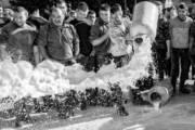 """FOTOGRAFIA, """"Nel nome del latte"""" di Francesco Pintore a Milano e Strasburgo: i pastori sardi tra protesta e lavoro quotidiano"""
