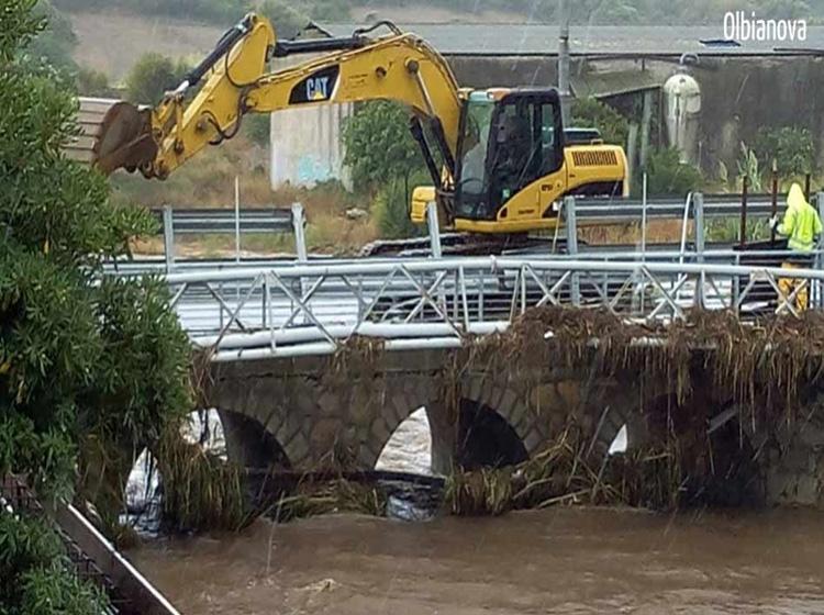 MALTEMPO, Demolito ad Olbia il ponte sul rio Siligheddu, ricostruito nel 2013 ed al centro delle polemiche dopo l'ennesima alluvione (VIDEO)