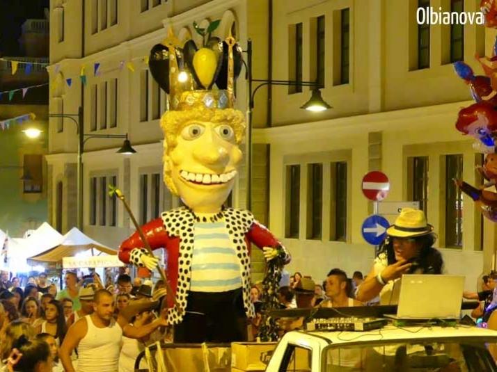 OLBIA, Il Carnevale estivo: Re Cozzaro e la sua corte sbarcano al Molo Brin (VIDEO)