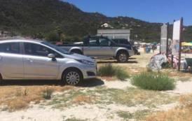 Alla Marinella di Golfo Aranci si può parcheggiare l'auto affianco all'ombrellone (Silvia Balzano)