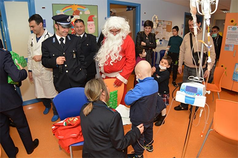 CAGLIARI, Babbo Natale all'Ospedale Pediatrico Microcitemico ha il 'basco azzurro' degli agenti di Polizia penitenziaria