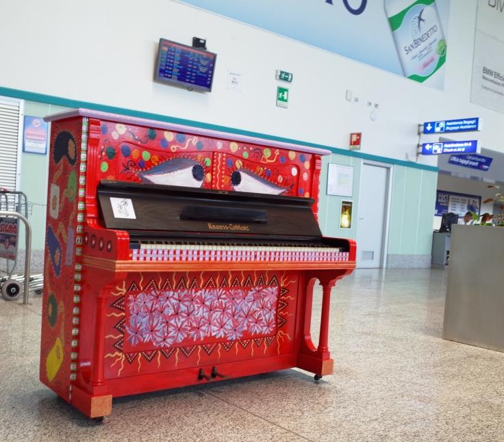 """La magia del """"PianoArte"""" all'Aeroporto di Alghero (Franco Nonnis)"""
