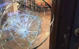 CAGLIARI, Incursione notturna in Prefettura: portone sfondato e vetri rotti (IMMAGINI)