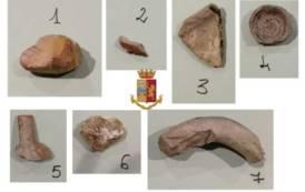 CAGLIARI, Tenta di imbarcarsi con alcuni reperti archeologici trovati a Siddi: denunciata turista lombarda