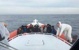 CAGLIARI, Motovedetta della Guardia costiera recupera 18 algerini che navigavano verso la costa