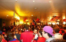 ELMAS, I rossoblu accolti da centinaia di tifosi in Aeroporto, ma nessuno aveva pensato alla sicurezza: momenti di panico