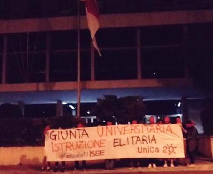 """ISTRUZIONE, Blitz notturno di Unica 2.0 davanti al Palazzo regionale di viale Trento: """"Giunta universitaria, istruzione elitaria"""""""
