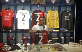 CALCIO, Van der Wiel si presenta ai tifosi del Cagliari