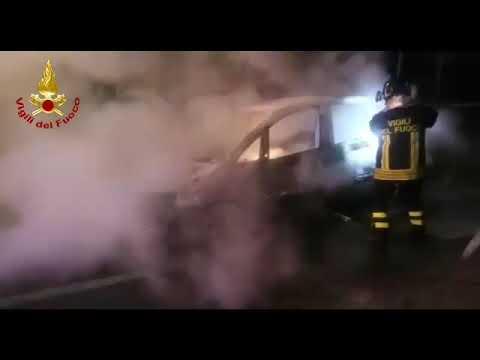 CAGLIARI, In fiamme tre auto nel quartiere in via Schiavazzi (VIDEO)